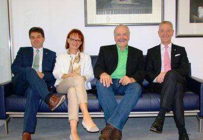 Das Bild zeigt von links: die stellvertretenden Vorstände Ulrich Hasenmaier und Elke Müller-Jordan, den Landtagsabgeordneten Martin Grath und Oliver Conradi, den Vorstandsvorsitzenden der Heidenheimer Volksbank.