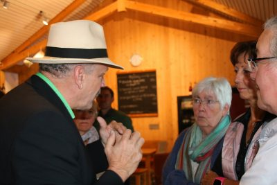 Martin Grath im Gespräch mit Besuchern der Veranstaltung
