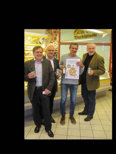 Mehrweg statt Einweg – Einige Bäckereien im Landkreis machen mit und befüllen mitgebrachte Mehrwegbecher in ihren Geschäften.(von rechs) Landtagsabgeordneter Martin Grath, Friedemann Bosch,Georg Feth, sowie Franz Bareth  befürworten die Aktion im Landkreis